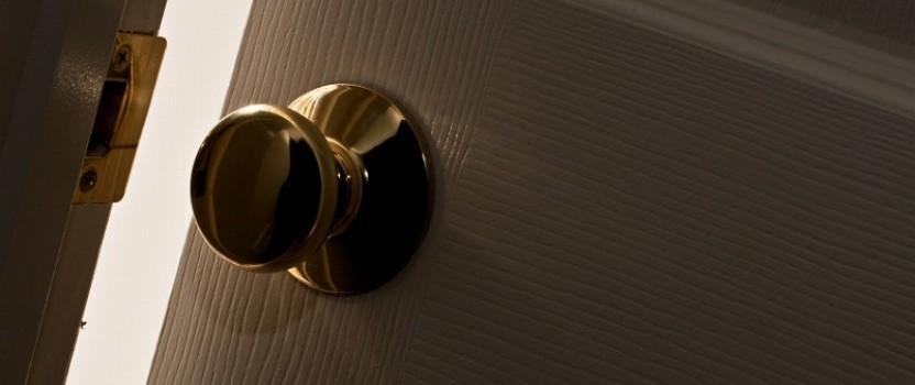 今日の英語: 半ドアですよ。